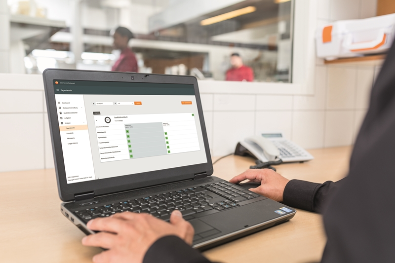 Management staff can use testo Saveris Restaurant to analyse food quality metrics.